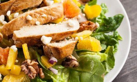 Πράσινη σαλάτα με κοτόπουλο και πορτοκάλι