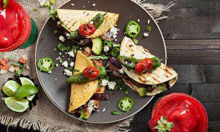 Μεξικάνικα τάκος με λουκάνικα και σαλάτα
