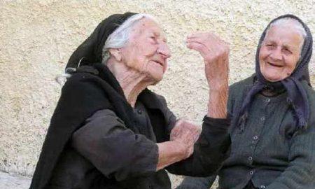 Δύο γιαγιάδες, από τη Μαρία Σκαμπαρδώνη